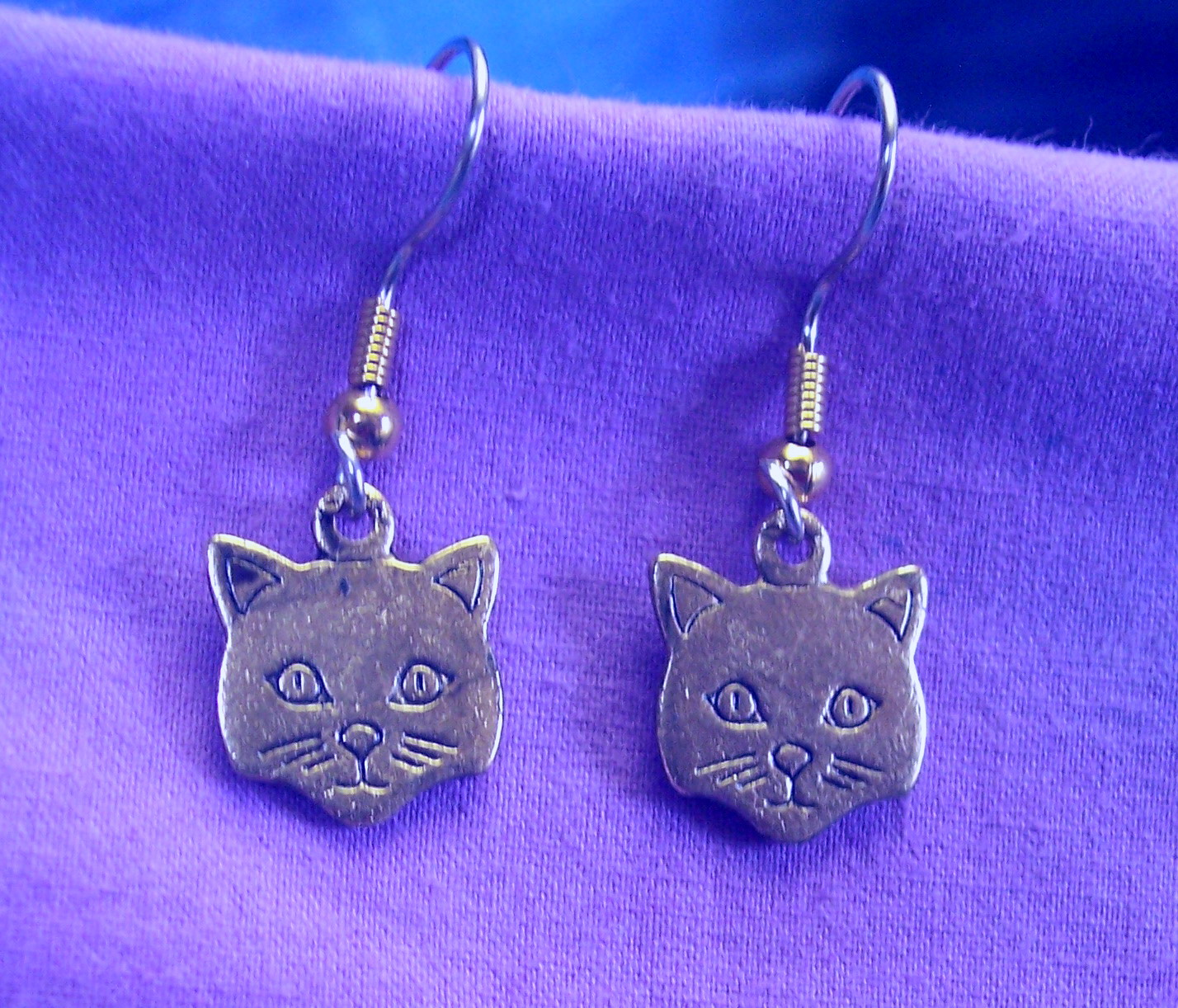 03212xe Cartoon Kitty Face Earrings With Surgical Steel Wires 1/2u2033 X 1/2u2033  Solid Lead Free Pewter $15.00